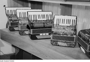 Akkordeons_des_VEB_Klingenthaler_Harmonikawerke,_Marke__Weltmeister